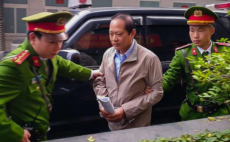 Cựu bộ trưởng Trương Minh Tuấn bị dẫn giải vào phòng xét xử. Ảnh: Phạm Dự
