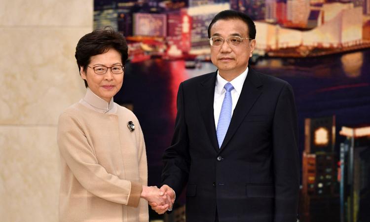 Thủ tướng Trung Quốc Lý Khắc Cường (phải) và Trưởng đặc khu Hong Kong Carrie Lam tại cuộc gặp ở Đại lễ đường Nhân dân, Bắc Kinh hôm nay. Ảnh: AFP.