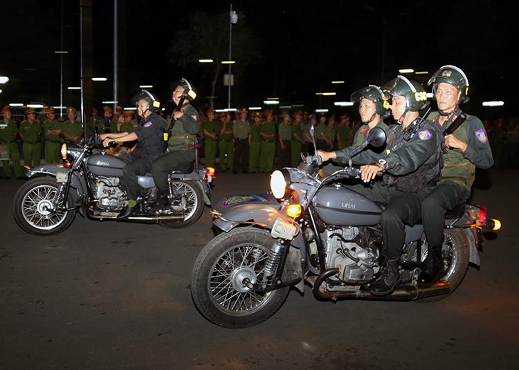 Cảnh sát cơ động ra quân trấn áp tội phạm tối 16/12. Ảnh: Phước Tuấn