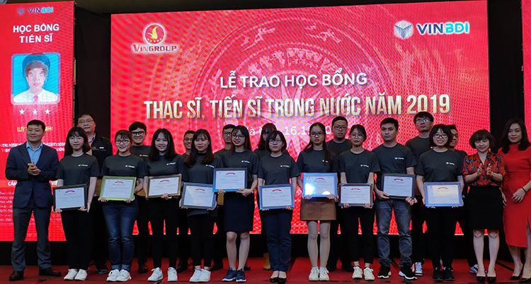 GS Vũ Hà Văn (bìa trái) trao học bổng cho các sinh viên, nghiên cứu sinh. Ảnh: TK