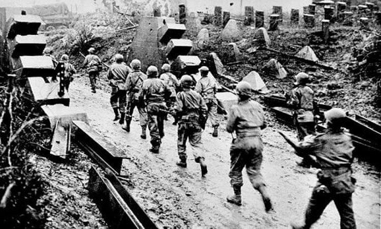 Quân Đức tiến vào Bỉ trong trận đánh Bulge năm 1944. Ảnh: Independent.