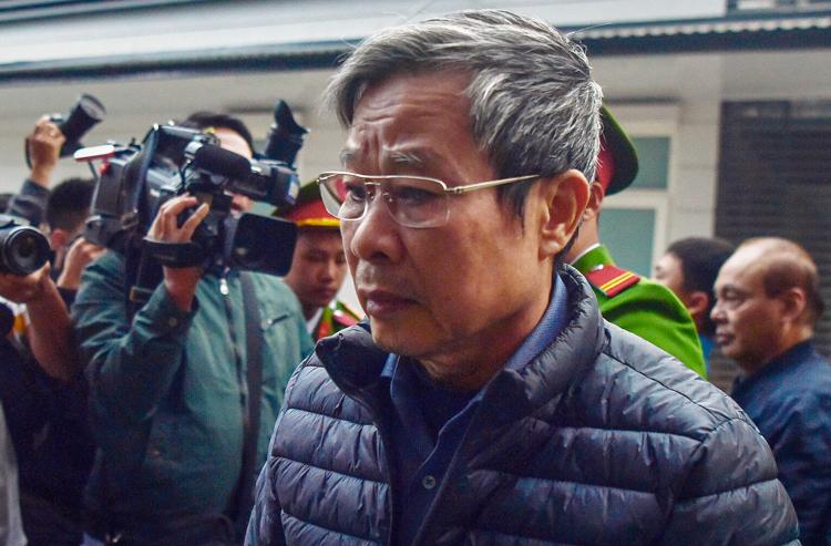 Cựu bộ trưởng Nguyễn Bắc Son tại sân tòa án lúc 7h10. Ảnh: Giang Huy