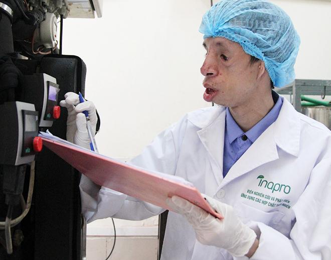 Phạm Đức Chinh làm việc tại phòng thí nghiệm.