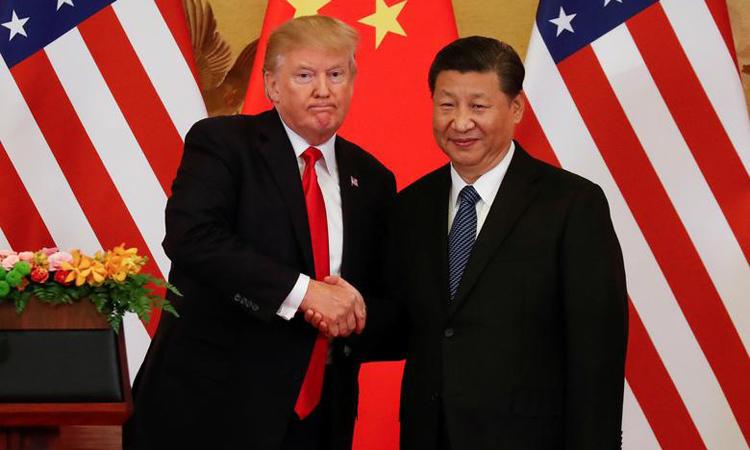 Tổng thống Mỹ Donald Trump (trái) bắt tay Chủ tịch Trung Quốc Tập Cận Bình tại Bắc Kinh hồi tháng 11/2017. Ảnh: Reuters.