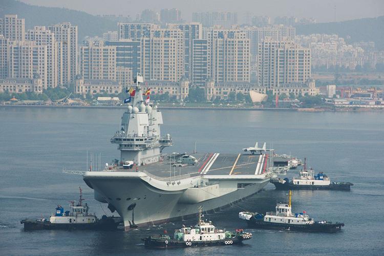 Tàu sân bay Sơn Đông rờicảng Đại Liên, nơi nó được chế tạo. Ảnh:Imaginechina