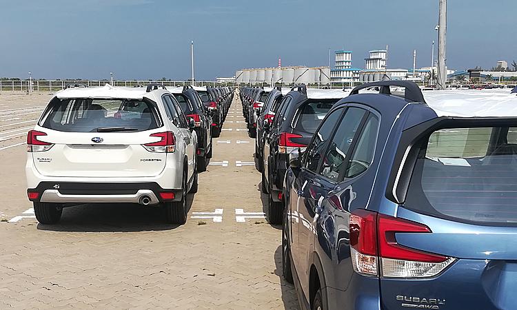 Một lô xe nhập khẩu Thái Lan về cảng tại TP HCM.