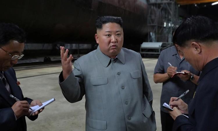 Lãnh đạo Triều Tiên Kim Jong-un thị sát một xưởng chế tạo tàu ngầm hồi tháng 7. Ảnh: Reuters.