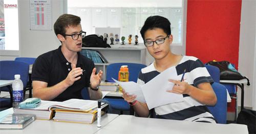 Summa là trung tâm giáo dục có đội ngũ giáo viên giỏi nhất tại Việt Nam. Sau khi trúng tuyển với vai trò giáo viên tại Summa, mỗi giáo viên phải trải qua hơn 60 giờ đào tạo và đồng giảng trước khi một mình giảng dạy lớp học đầu tiên.