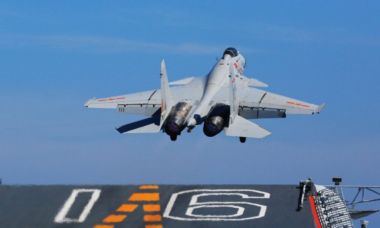 Tiêm kích J-15 cất cánh từ tàu sân bay Liêu Ninh. Ảnh: Bộ Quốc phòng Trung Quốc.
