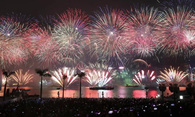 Màn biểu diễn pháo hoa mừng năm mới 2019 ở Cảng Victoria của Hong Kong hồi đầu năm. Ảnh: SCMP.