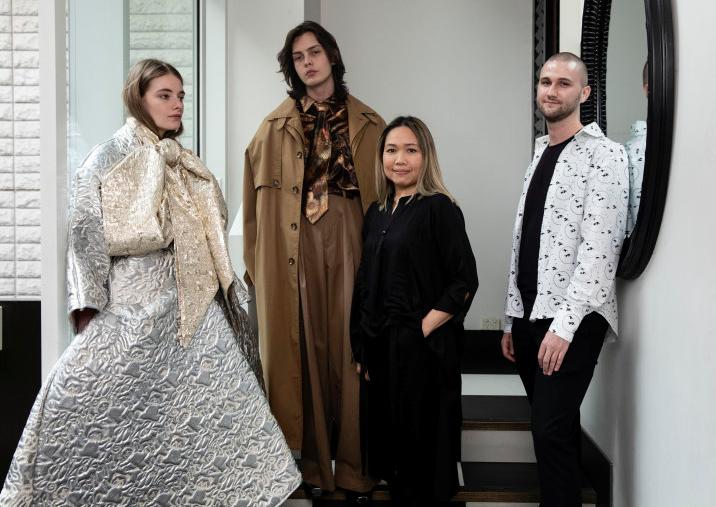 Kim Clark (áo đen) và Domenic Roylance (áo trắng),người đồng chiến thắng học bổng của AUSFF, cùng các người mẫu trình diễn những thiết kế của họ. Ảnh: SMH