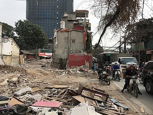 Các công trình đang phá dỡ dang dở trên đường vành đai 2.5. Ảnh: Gia Chính.