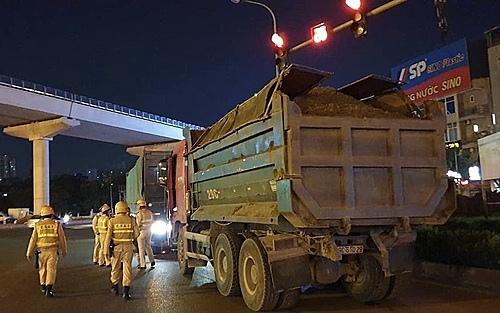 Xe tải chở vật liệu xây dựng vi phạm bị tạm giữ tại đường vành đai 3.