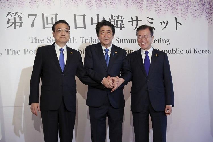 Thủ tướng Trung Quốc Lý Khắc Cường (bên trái), Thủ tướng Nhật Bản Shinzo Abe (ở giữa) và Tổng thống Moon Jae-in (bên phải) tại hội nghị thượng đỉnh thường niên ngày 9/5/2018. Ảnh: AP.