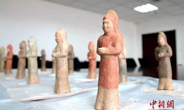 Những tượng gốm sơn màu trong mộ. Ảnh: China Daily.