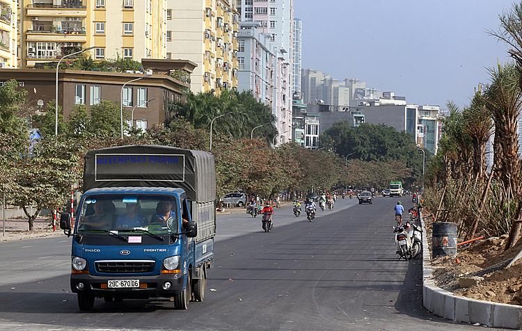 Đoạn đường gom Đại lộ Thăng Long đã được hoàn thiện. Ảnh. Bá Đô