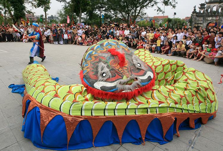 Con rắn được làm bằng nan tre lợp vải, tượng trưng cho loài thủy quái. Ảnh: Lê Bích