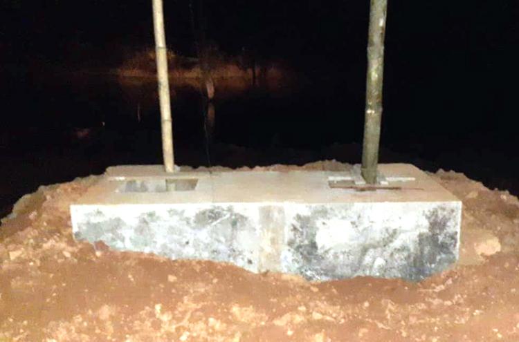 Móng cầu vừa hoàn thành, công nhân đang thi công móng phía bờ sông còn lại thì xảy ra sự cố. Ảnh: Trần Hóa.