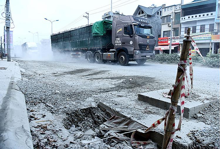 Xe tải chở vật liệu xây dựng trên đường phố Hà Nội. Ảnh: Giang Huy.
