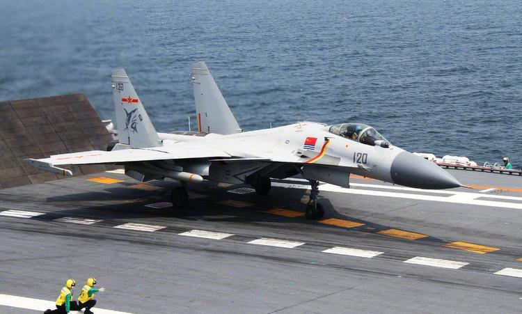 Tiêm kích J-15 mang mô hình tên lửa chống hạm YJ-83K diễn tập năm 2017. Ảnh: 81.cn.