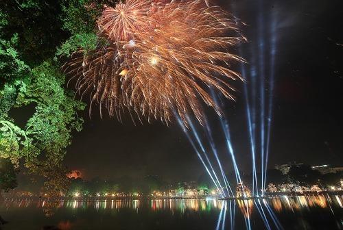 Hà Nội bắn pháo hoa tại hồ Hoàn Kiếm tết Kỷ Hợi 2019. Ảnh: Ngọc Thành