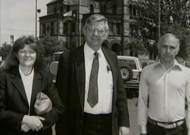 Debbie (trái) và John (phải) chụp ảnh cùng luật sư bào chữa. Ảnh: Filmrise.