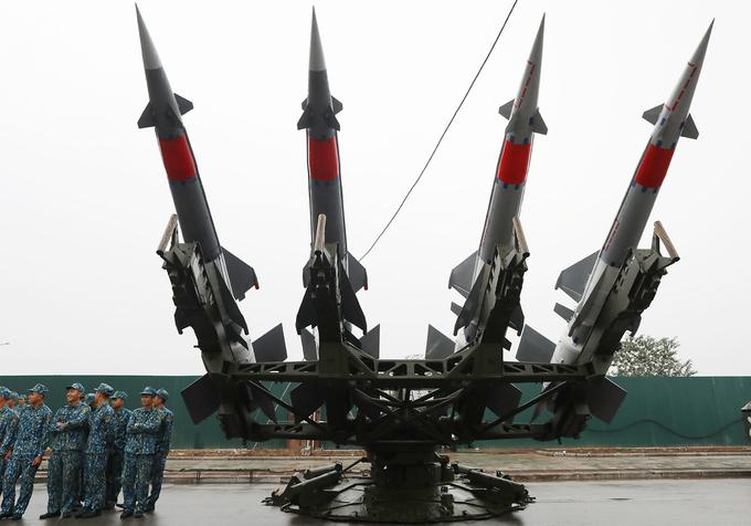 Việt Nam trưng bày nhiều vũ khí hiện đại