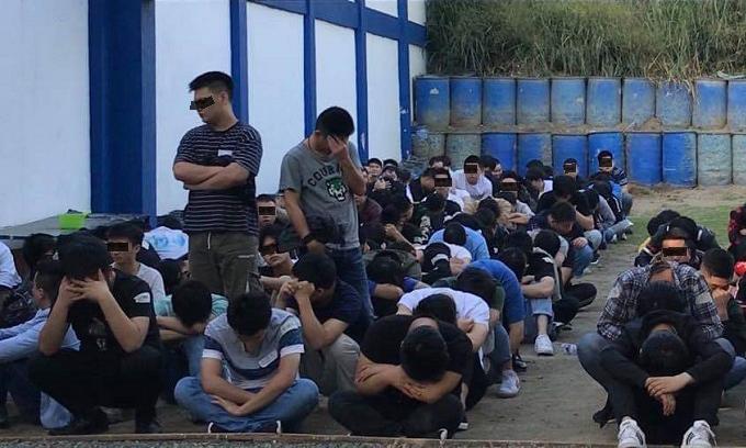 Các công dân Trung Quốc bị bắt tại thành phố Quezon, Philippines hôm qua. Ảnh: Daily Tribune.