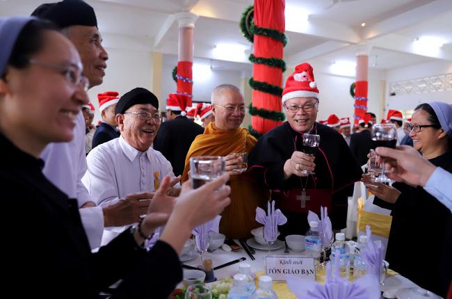 Đức Tổng Giám mục Giuse Nguyễn Chí Linh chúc mừng Giáng sinh với các thành phần khách mời. Ảnh: Nguyễn Đông.