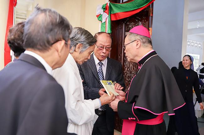 Chủ tịch Hội đồng Giám mục Việt Nam Nguyễn Chí Linh đón tiếp và nhận món quà từ một nhân sĩ. Ảnh: Nguyễn Đông.