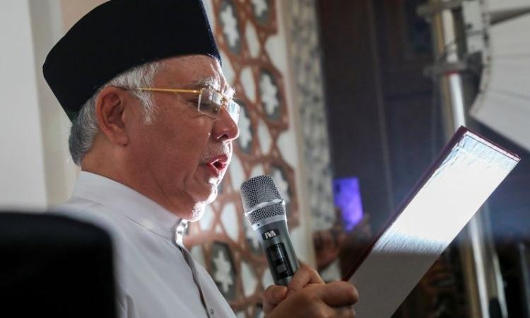 Cựu Thủ tướng Malaysia Najib Razak đọc lời thề tại nhà thờ Hồi giáo ở Kuala Lumpur, Malaysia hôm nay. Ảnh: Reuters.