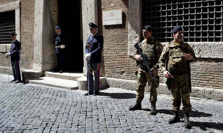 Cảnh sát và binh lính đứng gác bên ngoài trụ sởcơ quan chống mafiatại thủ đô Rome, Italy. Ảnh: AFP.
