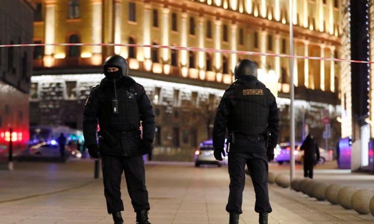 Lực lượng an ninhphong tỏa một con đường gần trụ sởFSB ở Moskva sau vụ nổ súng. Ảnh: Reuters.
