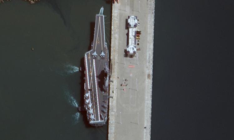 Tàu sân bay Sơn Đông neo tại căn cứ ở đảo Hải Nam hồi tháng 11. Ảnh: Maxar.