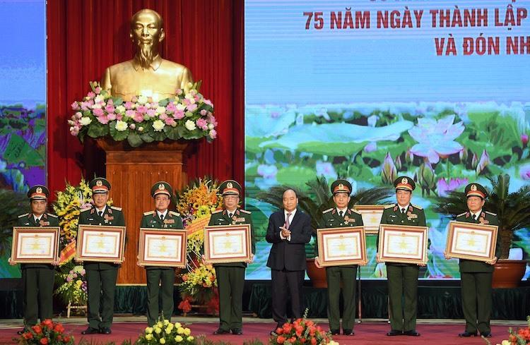 Thủ tướng trao Huân chương Quân công hạng Nhất cho lãnh đạo Bộ Quốc phòng sáng 21/12/2019. Ảnh: Giang Huy