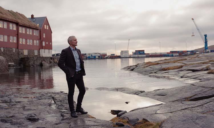 Sjurdur Skaale, thành viên quốc hội Đan Mạch, đứng trước tòa nhà của chính quyền Quần đảo Faroe. Ảnh: NY Times.