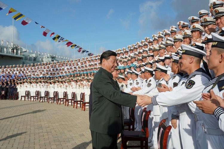 Chủ tịch Trung Quốc gặp thủy thủ đoàn tàu Sơn Đông hôm 17/12, các phi công tiêm kích đội mũ bảo hiểm xanh. Ảnh: Xinhua.