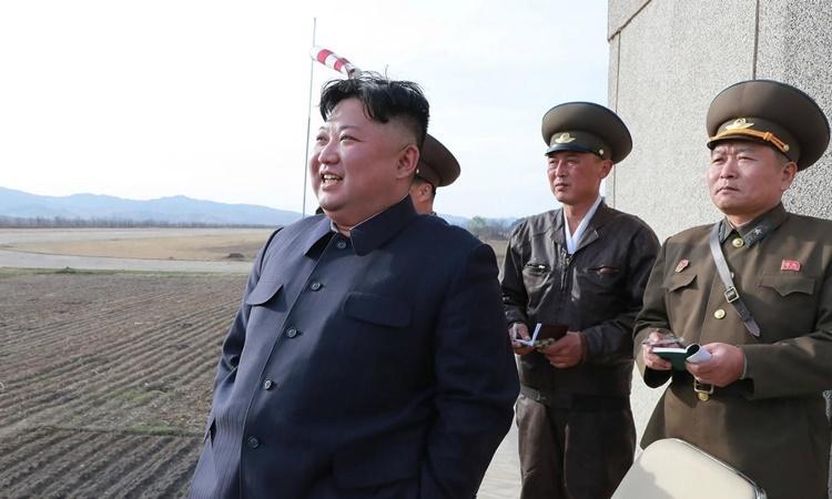 Lãnh đạo Triều Tiên Kim Jong-un thị sát một cuộc tập trận không quân hồi tháng 4. Ảnh: AFP.