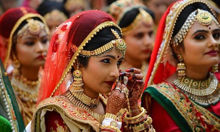Các cô dâu trong đám cưới tập thể do tài phiệt Mahesh Savani tài trợ ở thành phố Surat, ngày 21/12. Ảnh: AFP.