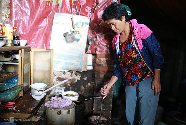 Mỗi ngày bà Trương Thị Tâm (Nguyễn Khoái, Hai Bà Trưng, Hà Nội) đốt 4 viên than. Ảnh: Tất Định
