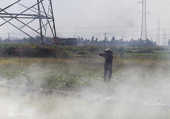 Cánh đồng huyện Bình Xuyên, Hà Nội, cách Hà Nội 40km mù mịt khói trong những ngày giữa tháng 12. Ảnh: Tất Định