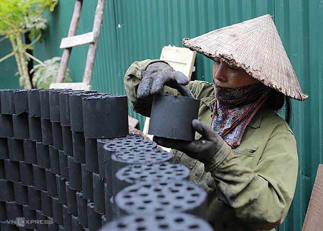 Bà Hường dự tính đóng cửa xưởng vào năm 2020 vì chỉ thị cấm than tổ ong của thành phố. Ảnh: TấtĐịnh