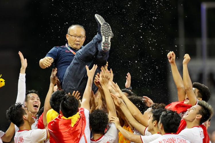 Các cầu thủViệt Nam công kênh HLV Park Hang-seo trong lễ nhận huy chương vàng tại SEA Games 30. Ảnh: Đức Đồng.