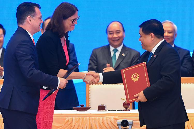 Việt Nam và EU ký Hiệp định thương mại tự do tại Hà Nội. Ảnh: Giang Huy.
