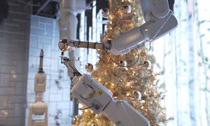 Cửa hàng Mỹ trang bị robot phục vụ Giáng sinh