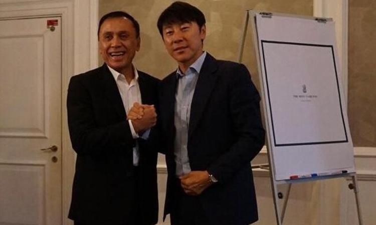 HLV Shin Tae-yong bắt tay chủ tịch PSSIMochamad Iriawan. Ảnh: PSSI.