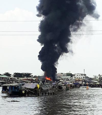 Ngọn lửa bốc cháy dữ dội tại cơ sở nấu dầu chai. Ảnh: Cửu Long.