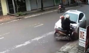 Ôtô lấn làn tông hai người trên xe máy