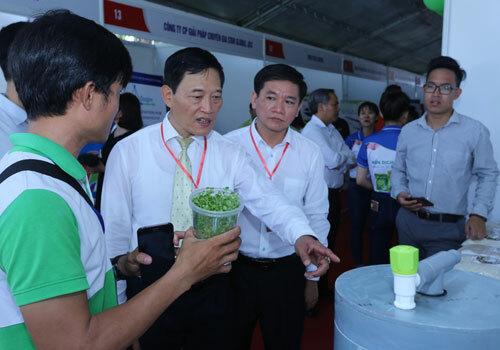 Thứ trưởng Trần Văn Tùng (thứ hai từ trái qua) tham quan gian hàng tại hội chợ. Ảnh: NH