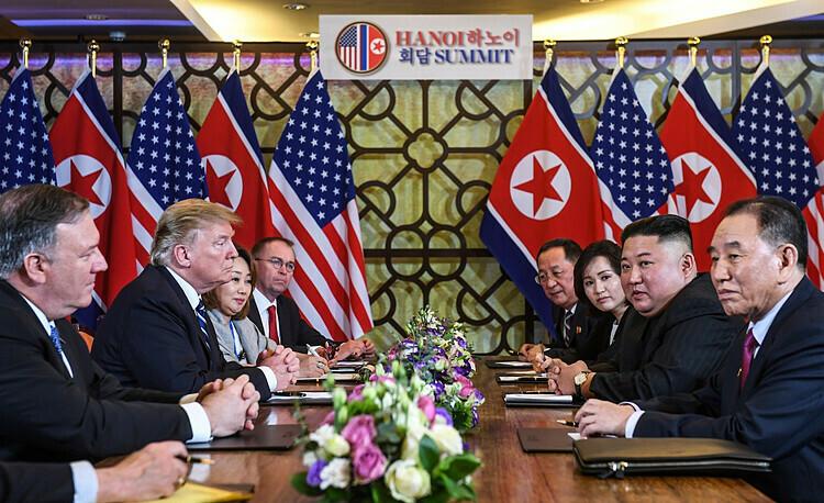 Tổng thống Mỹ Donald Trump và Chủ tịch Triền Tiên Kim Jong-un trong sự kiện tại Hà Nội. Ảnh: AFP.